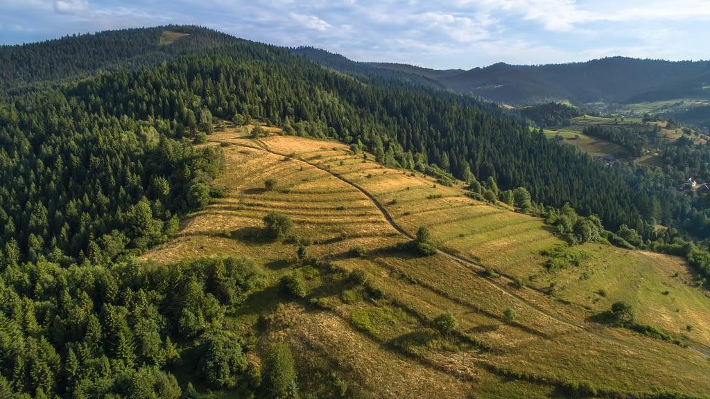 Panorama pasma górskiego na Podhalu. Zdjęcie z powietrza