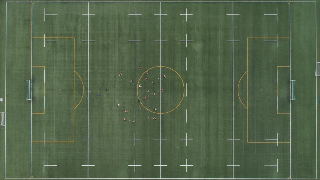 Fotografia z drona top down na boisko do Rugby. Trening rugbistów Miejski Klub Sportowy Ogniwo Sopot