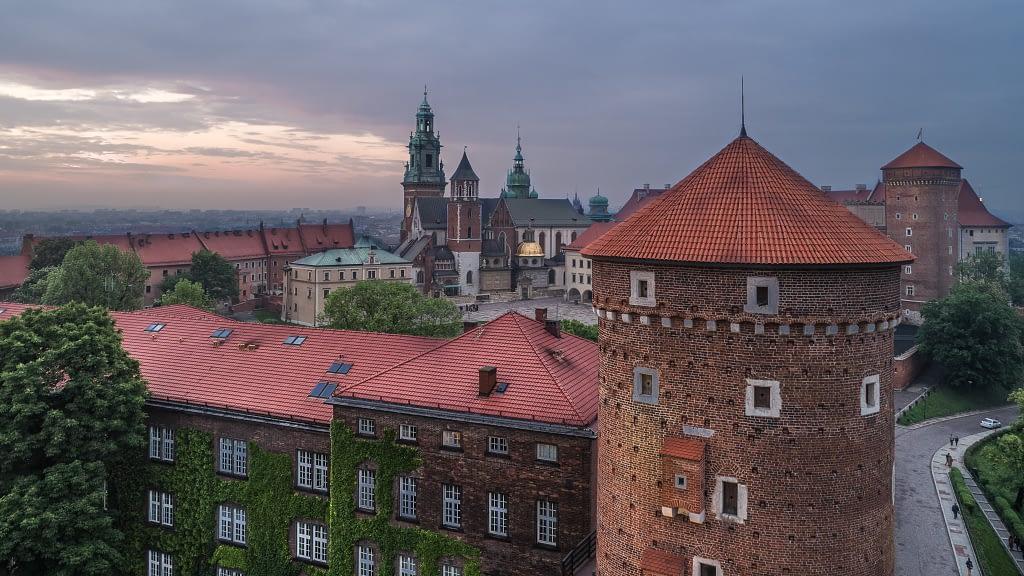 Zdjęcie z powietrza Zamku Królewskiego na Wawelu. Wieża wraz z Katedrą w Krakowie