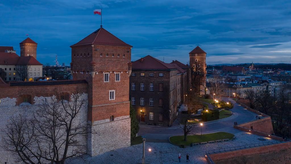 Zamek Królewski na Wawelu w Krakowie. Fotografia z drona wieczorową porą z widokiem na wieże Wawelu