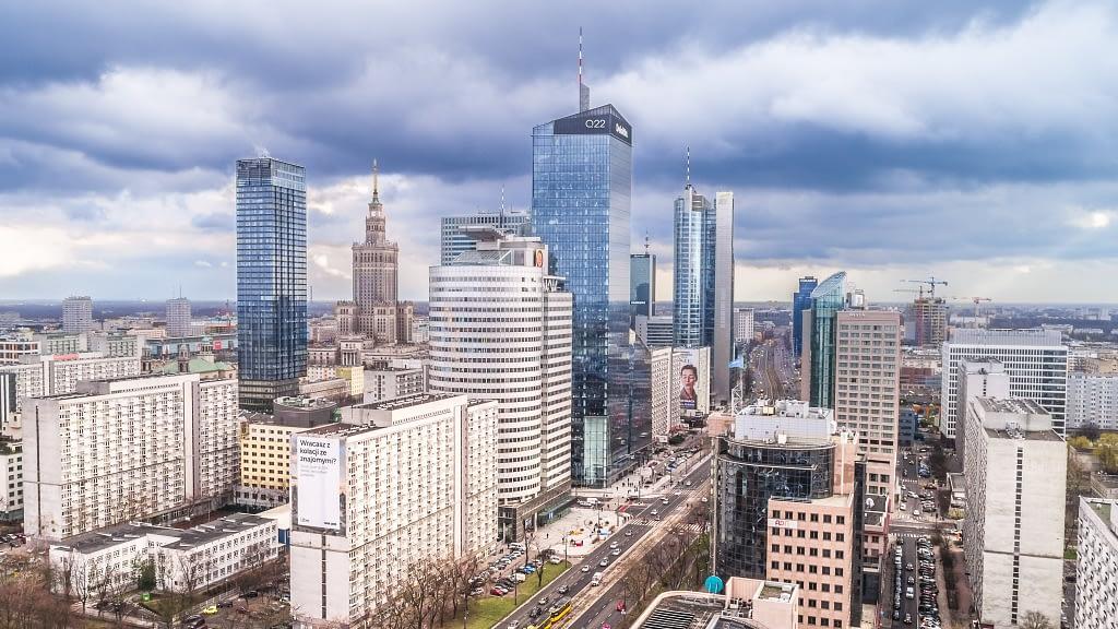Warszawa-z-drona-wiezowce-miasto